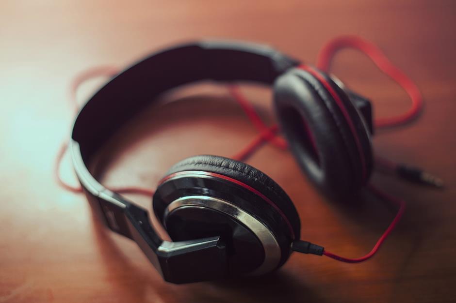schwarze Kopfhörer rotes Kabel