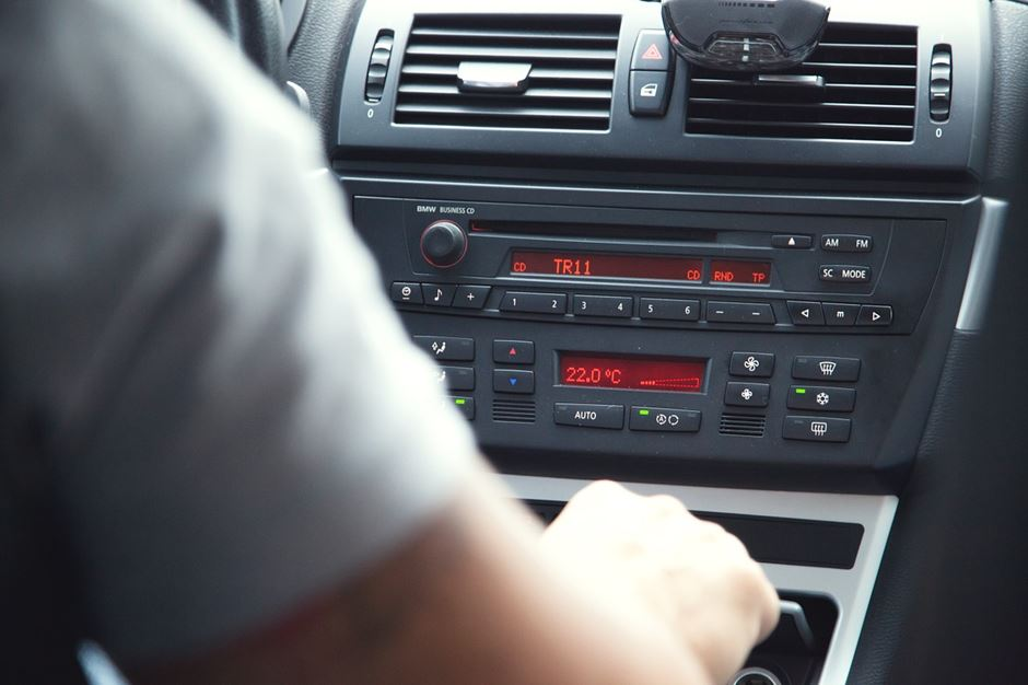 Auto Innenraum Radio mit roten Display
