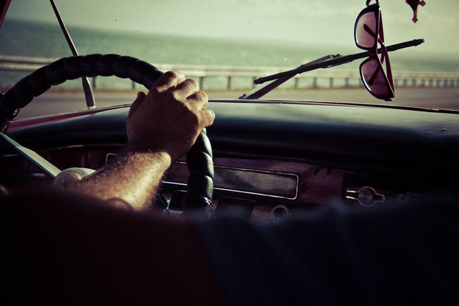 Auto fahren Sonnenbrille Rückspiegel